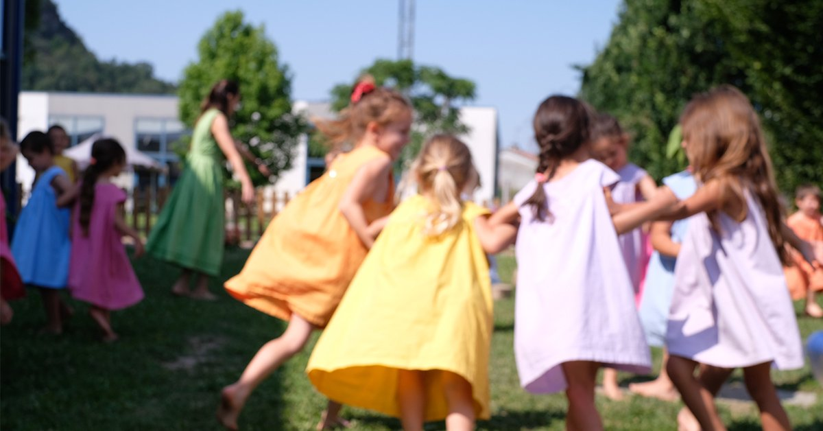bambine giocano in giardino